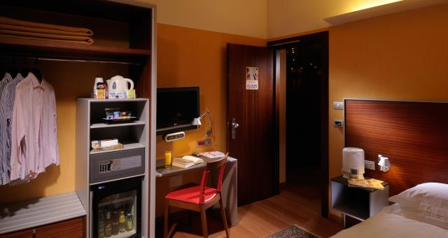 Single room with  4 stars hotel comfort